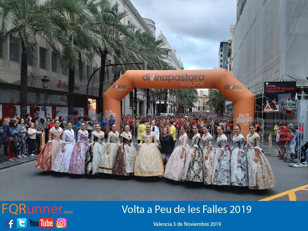 La Fallera Mayor de Valencia Consuelo Llobell da la salida de la Volta a Peu de les Falles 2019